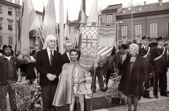 Lodi; Palio in piazza, la vittoria del gonfalone al rione Borgo 1996